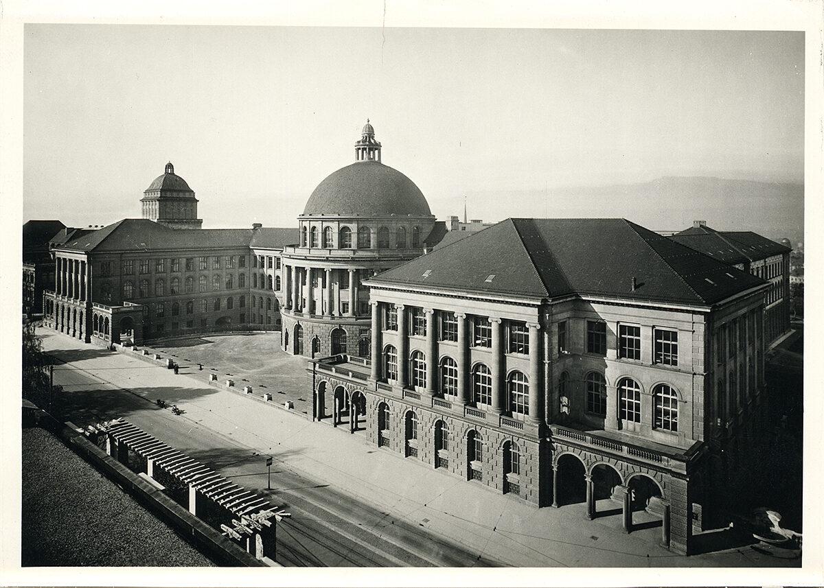 Zürich, Hauptgebäude (HG) der ETH Zürich, Fassade Ost, aufgenommen vom Balkon des Land- und Forstwissenschaftlichen Instituts, Westbau (LFW), 1930