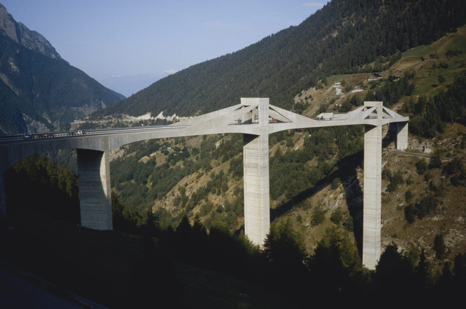 Part of the Simplon motorway, the Ganter Bridge in the canton of Valais, which opened in 1980, was designed by multiple award-winning ETH Professor Christian Menn (1927–2018).