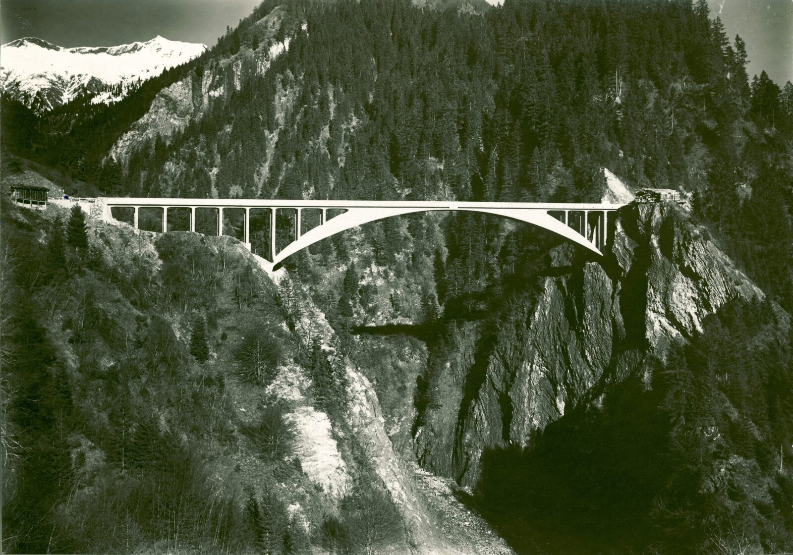 Filigree shape made of reinforced concrete: the Salginatobel Bridge is the most well-known work of Robert Maillart (1872–1940). The roadway bridge near Schiers in the canton of Graubünden was built in 1930 in line with the static principle of the three-hinged hollow box arch, which Maillart had developed.