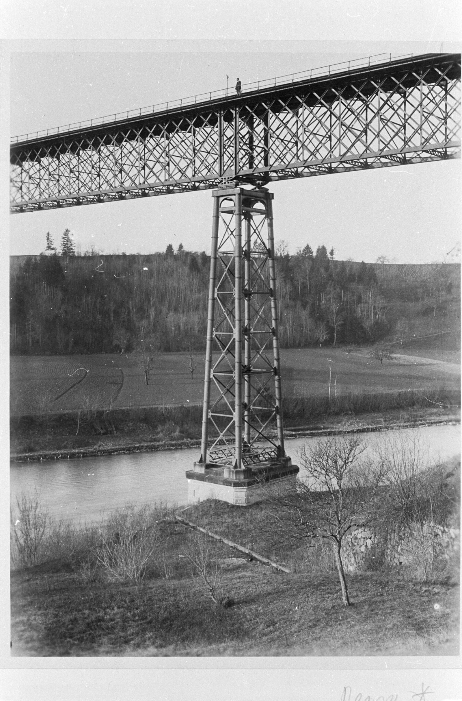 The Thur-Ossingen Bridge near Stein am Rhein, which opened in 1875, was one of Europe's first railway bridges with wrought-iron supporting pillars. As a precaution, the Swiss Federal Railways closed the listed bridge in 2021 in order to have its structural safety tested by ETH experts.