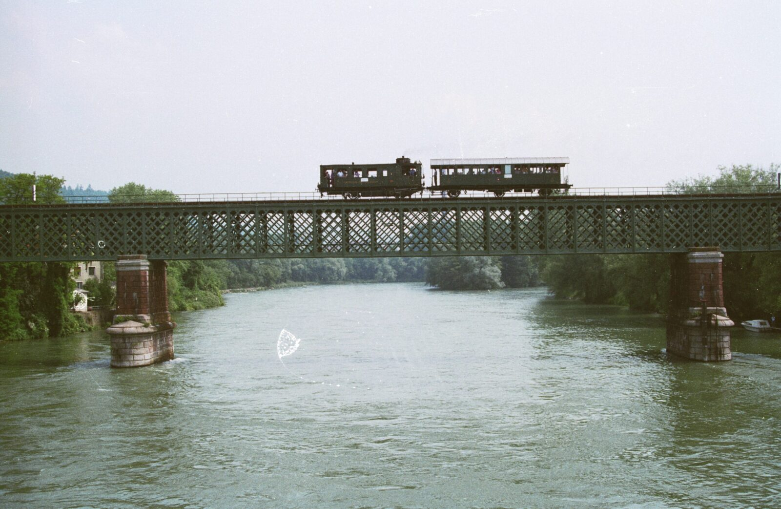It dates back to the early days of bridge-building for the railway: this beam bridge made of truss spans the Rhine river, where it crosses the border between Waldshut and Koblenz. It was completed in 1859 and is still in its original condition today.