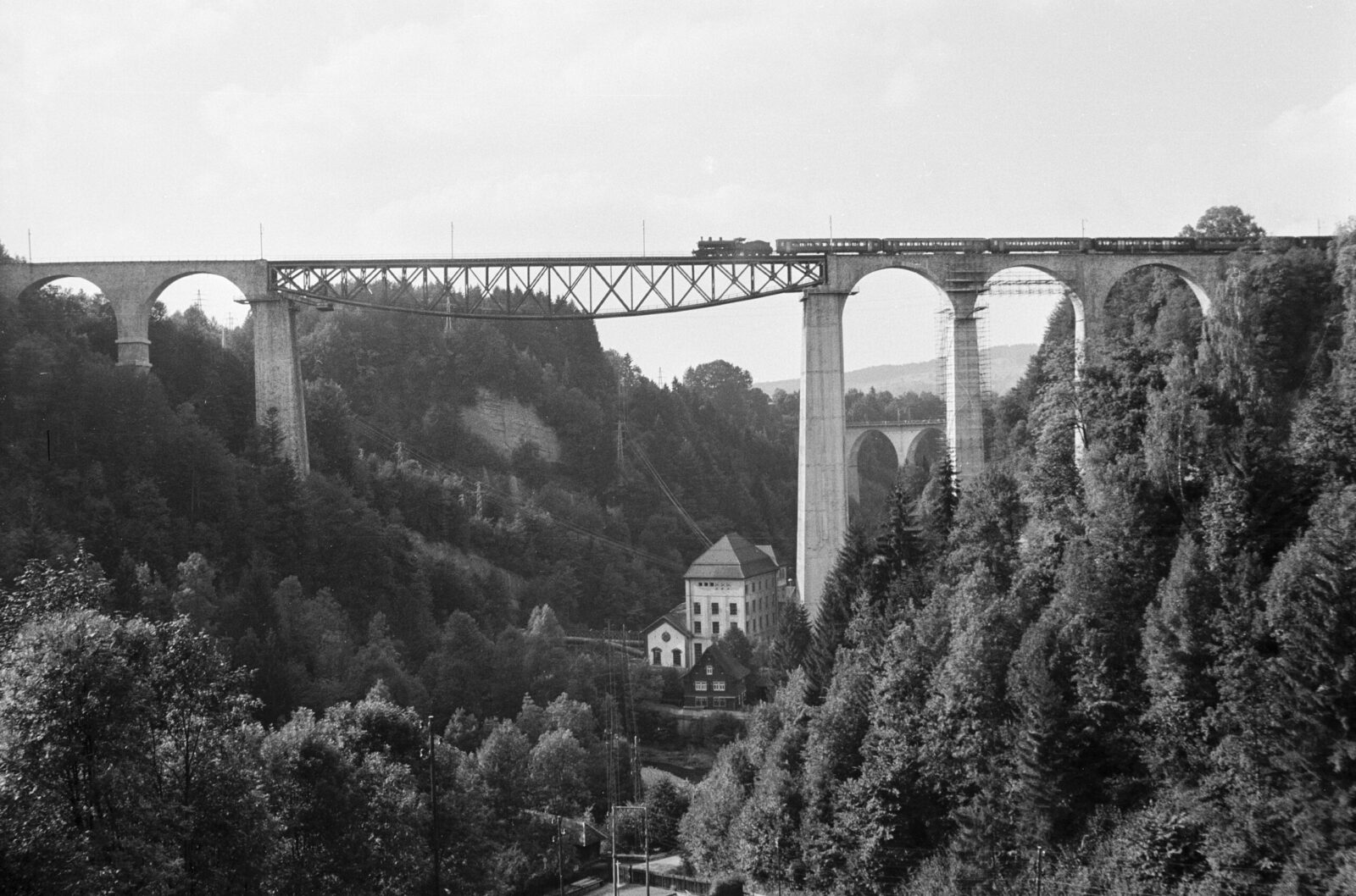 At 99 metres, still the highest railway bridge in Switzerland: the Südostbahn's Sitter Viaduct (built in 1910) near St. Gallen is a combination of stone arches at the ends with a 120-metre-long steel truss in the middle.