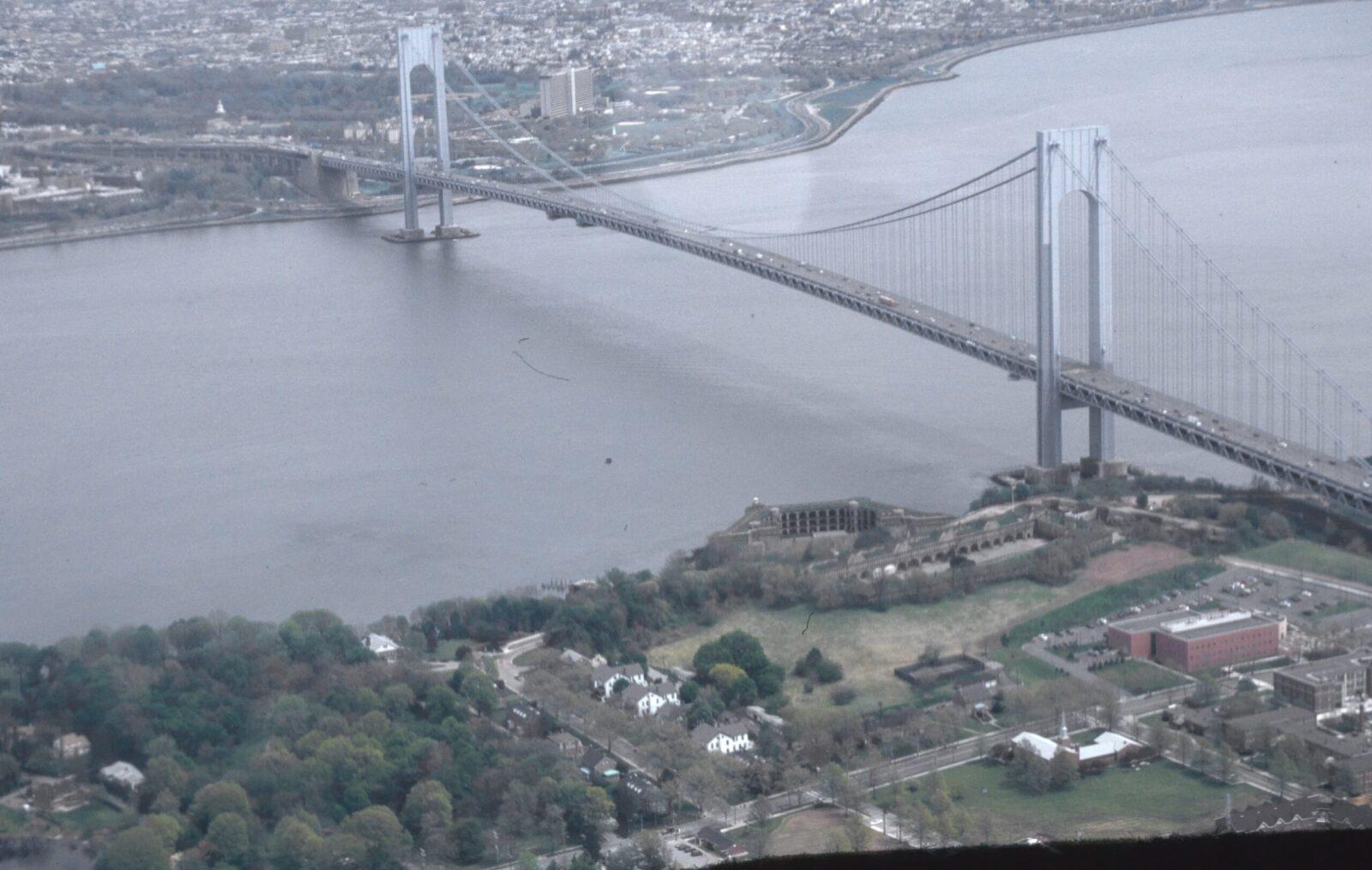 Das bedeutendste Werk des schweizerisch-amerikanischen Brückenbauers Othmar Ammann: die mehr als zwei Kilometer lange Verrazano Narrows Bridge bei New York.