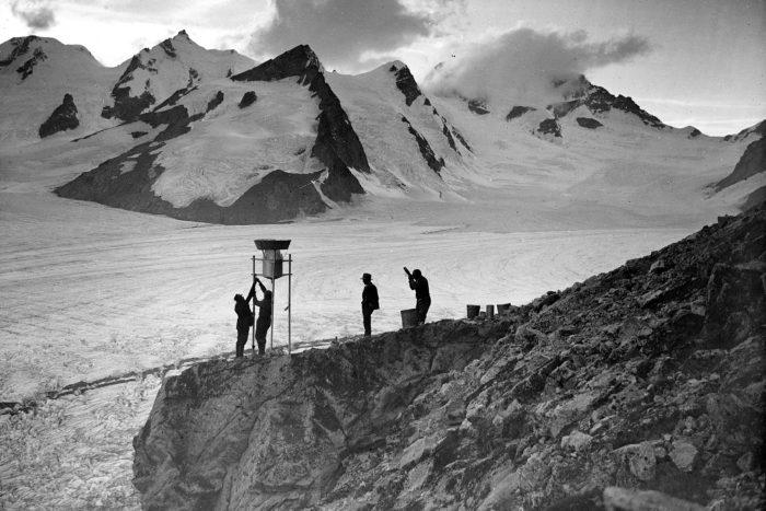Aletschgletscher, Konkordiaplatz, Aufstellung des neuen Mougin (Niederschlagsmesser, Totalisator)