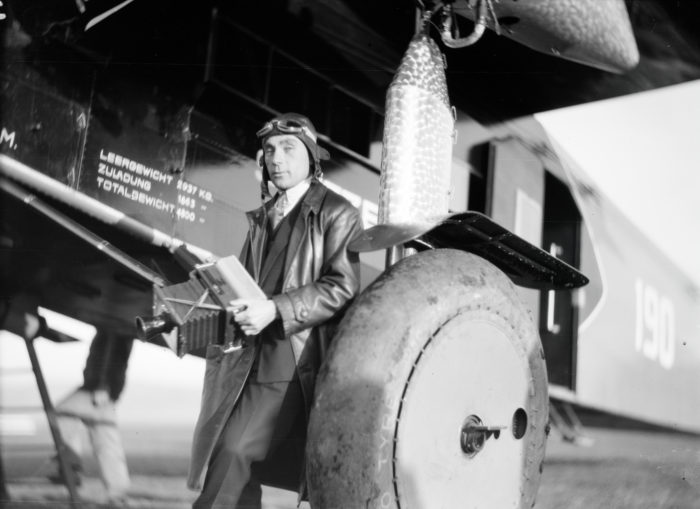 Walter Mittelholzer vor der Fokker